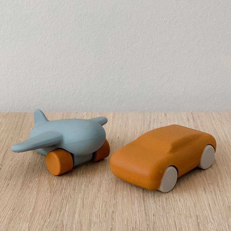 "Jouets silicone avion / voiture moutarde/bleu ""Kevin"" Liewood"